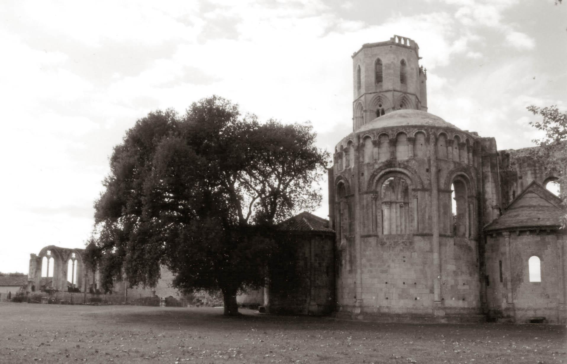 06801169bf0288 ... châteaux, maisons-fortes, ponts, halles... Ces monuments ont été érigés  pour défier le temps. Grâce à l archéologie et aux textes d archives, l art  de ...